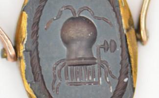 Médaille ancienne représentant un utérus