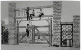Prisonniers travaillant à l'entrée d'un camp